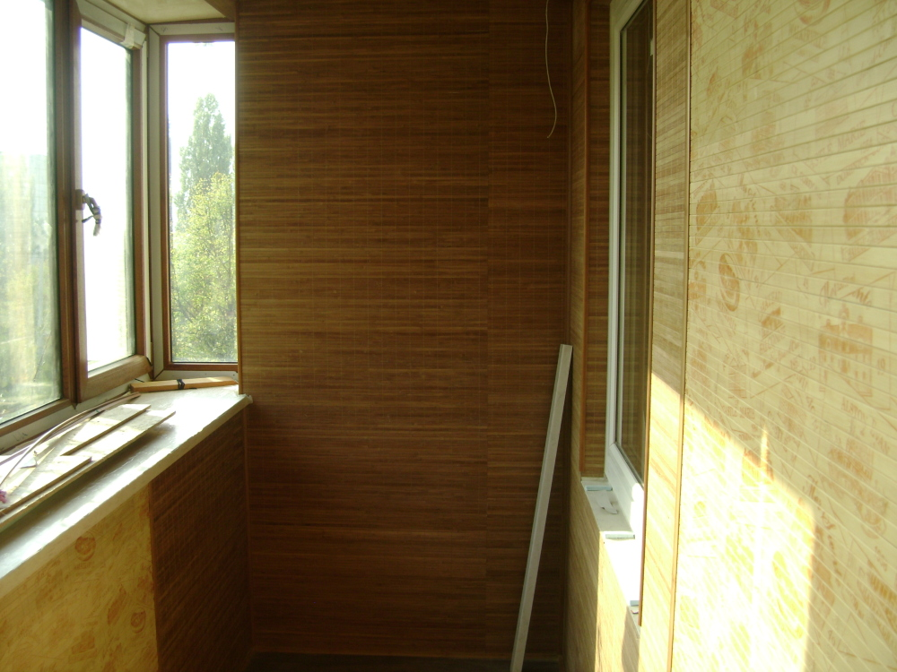 Интерьер балкона с бамбуком.